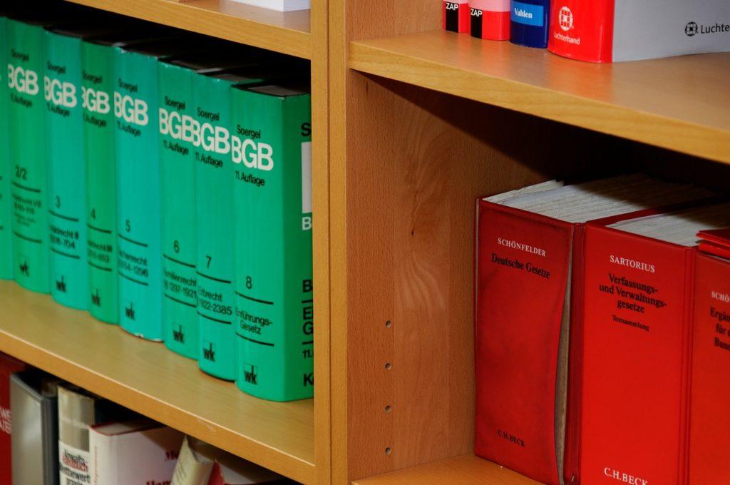 Das Bild zeigt ein Gesetzbuch in einem Bücherregal